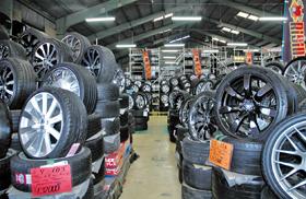 中古タイヤは常時1万本の在庫がある
